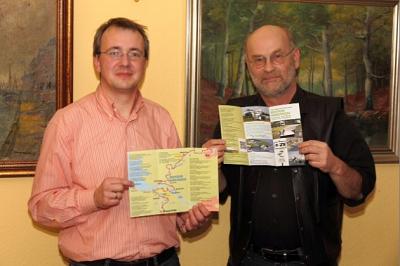 Touristiker Michael Johnen (Samtgemeinde Am Dobrock) und der 2. Vorsitzende der AG Osteland, Walter Rademacher (Neuhaus)